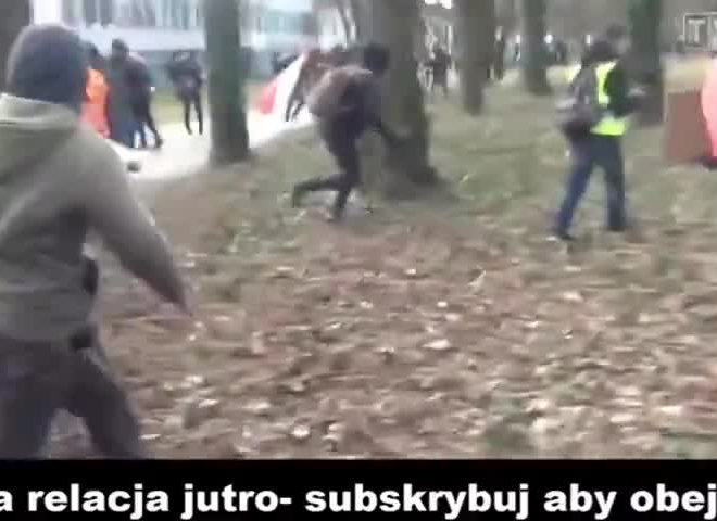 THE 99% CHASE THE POLICE & CORNER THEM IN POLAND – STRENGTH IN NUMBERS